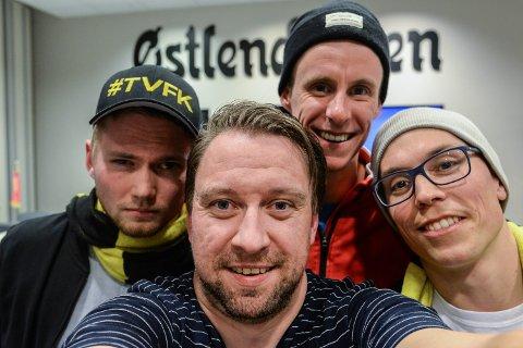 STERKE GJESTER: Tore Hilmarsen (t.v.) og Svein Aasen (t.h.) gjester FotballHedmark Podkasten med Jan Morten Frengstad (foran) og Magnus Torp Antonsen (bak).