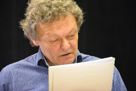 SPILLER 15 ROLLER: Jon Nyutstumo spiller den eldre Halvor Skramstad og 14 roller til i Skogsmatrosen.