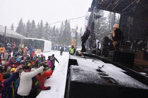 TRØKK: Til tross for snøværet var det fullt trøkk under konserten til svenske Rydell & Quick på Knettsetra skjærtorsdag.
