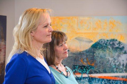 GLASSKUNSTNERE: Kjersti Rahbek Hvamb (til venstre) fra Bærum og Marit Hjorth Høivik fra Elverum stiller ut glasskunst på Galleri Nysted.