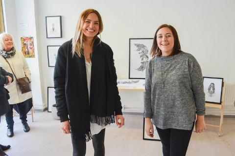 GODT BESØKT: Marie Norum (t.v.) og Linn Wold og fem andre illustratører solgte kunst lørdag.