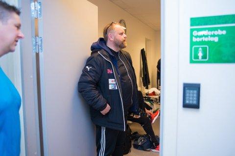 FORNØYD: Kai Kristiansen gleder seg over åtte oppmøtte på første gatefotballtrening. TIl venstre: miljøarbeider Eddie Åseth. (Foto: Jo E. Brenden)