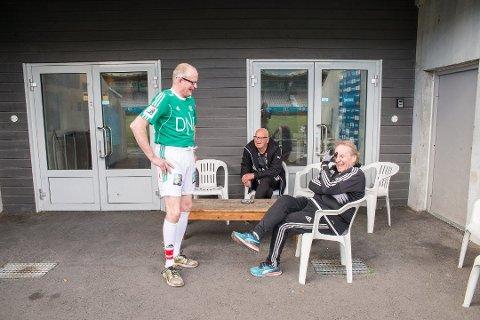 PÅ BANEN: Stig Haugrud fryser ikke i shorts og t-shirt i to varmegrader. Han har spilt på Alvdal, kan han fortelle HamKams Odd Bekk og Åsmund Helmersen. (Foto: Jo E. Brenden)
