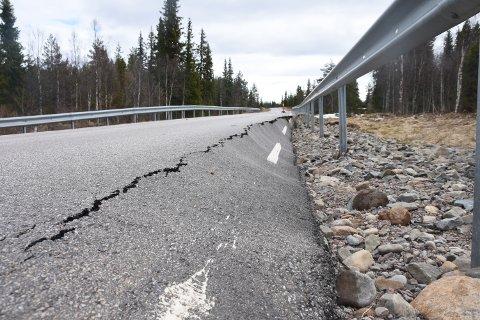 BRUTALT: Veien mellom Jordet og Eltdalen i Trysil fikk brutalt gjennomgått av flomvannet torsdag kveld og natt til fredag. Slik så det ut noen kilometer utenfor Eltdalen fredag formiddag.
