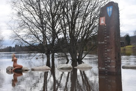 LANGT TIL REKORDEN: Så høyt sto vannet i Trysilelva klokken 12.30 i går, da vannstanden hadde nådd toppen, og såvidt var på vei tilbake. Som du kan se på flomsteinen ved elvekanten i Trysil sentrum, er det et godt stykke opp til rekorden fra 1995.