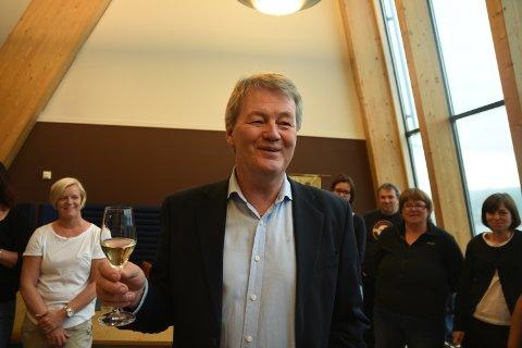 SKÅL FOR FREMTIDEN!: Bosse Halvardsson ser store muligheter for Trysil, nå som en internasjonal flyplass skal bygges bare 44 kilometer fra bygdesenteret. DEt er verdt en skål, mener han.