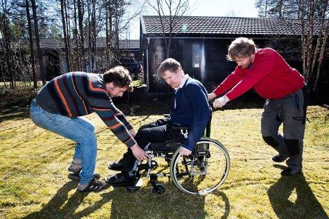 TRE BRØDRE: Mens Arvid har celebral parese og er sterkt bevegelseshemmet, er Lars Peder (t.v.) og Magnus Holøyen i jobb og bor i egen bolig. (Foto: Hallgeir Vågenes, VG)