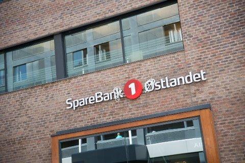 NY LOGO: Mange endringer for banken dette året. En ny logo er i ferd med å monteres på hovedkontoret i Hamar.