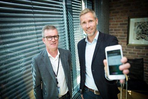 FØRST IGJEN: – Nå kan du be Siri om penger, sier konserdirektør innovasjon og forretningsutvikling, Dag-Arne Hoberg, og fagsjef selvbetjening PM, Espen Røe. Foto: Jo E. Brenden