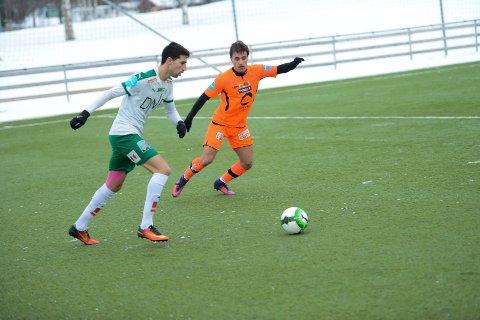 MØTER GAMLE LAGKAMERATER: Lørdag kommer HamKams Juan Manuel Cordero for første gang til Nybergsund stadion som bortespiller. Her i duell med Ole Jørgen Rølsåsen i vinterens treningskamp