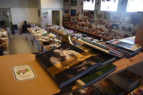 LITT AV ALT: På loppemarkedet i Landsjøåsen finner du litt av hvert, eller litt av alt. For eksempel ei kokebok av Eivind Hellstrøm, julepynt og porselensservice.