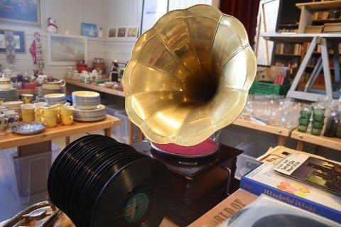GRAMMOFON: Har du lyst på en god, gammeldags grammofon, finner du en på loppemarkedet i Landsjøåsen.