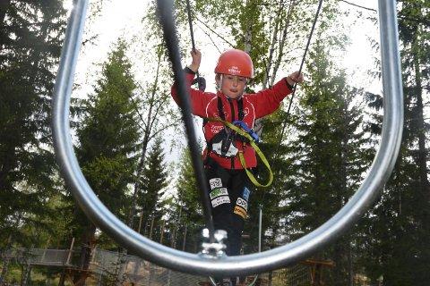 LITT SKUMMELT: Halvor Nordli (6) var begeistret etter debuten i klatreparken i Trysil, men han klatre ikke helt å holde tårene tilbake, da det ble for skummelt.