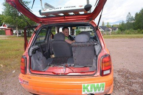 REN: Marcus Olsen har sørget for å rengjøre rallybilen grundig før den stiller til start i Mongol Rally i England søndag. 24-åringen fra Trysil skal sammen med Kenneth Waleniussen (33) delta i det 18.000 km lange billøpet.