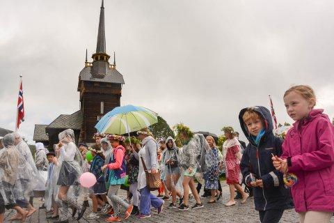 PARADEMARS: Fra Torget til Rena stasjon gikk folk og korps i regnvær.