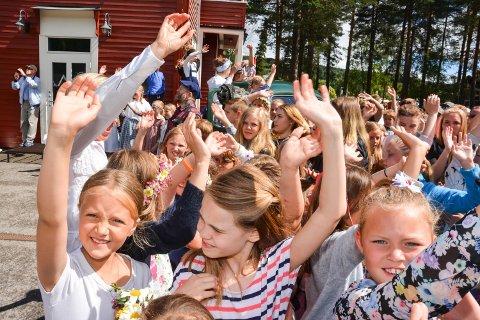 VINKER TIL TOGET: På perrongen vinker barna til Sommertoget.
