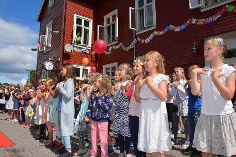 PÅ STASJONEN: Barna synger Sommer'n går på skinner på Rena stasjon.