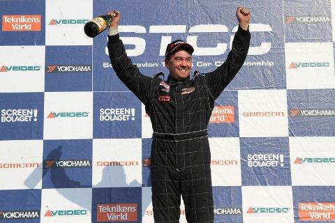 RÅ KJØRING: Stein Frederic Akre ble nummer fem i RX2-klassen under VM-runden i rallycross i Höljes.
