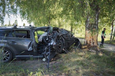 UTFORKJØRING: Bilen som kjørte inn i et tre på Ilseng søndag ettermiddag ble totalvrak. To personer ble sendt til sjukehuset for behandling etter ulykken. Den ene av dem ble sittende fastklemt, men ble frigjort fra bilen etter kort tid.