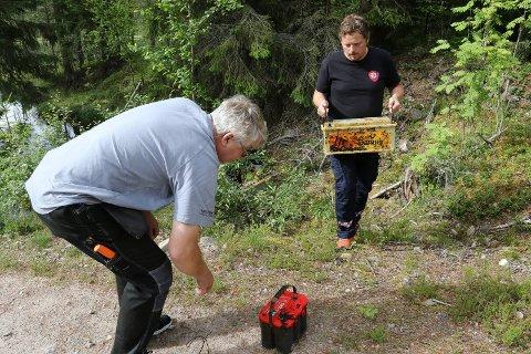 ALVORLIG: Jo Midtsundstad ved brann- og redningsvesent i sving med å bære opp batterier som ble funnet tidligere denne uka.