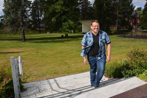 TOMT NÅ: Parken er grønn, men tom nå. Tirsdag til torsdag er det neppe en åmoting som ikke har vært innom her, håper Carl Henrik Wahl i ÅNU.