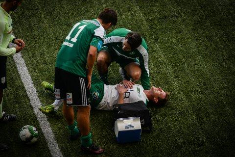 SMERTER: Petter Vaagan Moen ble liggende på Briskeby-kunstgresset med store smerter i søndagens kamp.