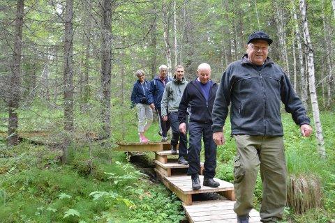 TRIPP, TRAPP, TURSKO: Pilegrimsleden har fått en in og lettgått trapp fra Rødsmoen og ned til Løpsjøen. Først går Finn Nygård, Stein Grønstad, Sven Grønstad, Arne Tangen og Turid Athammer.