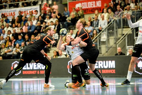 KNESTÅENDE: I serieåpningen i håndball spilte Elverum og Halden uavgjort 35-35. Magnus Fredriksen kjempen, men det holdt ikke til seier.