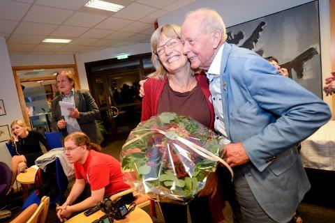 NOK EN GANG: Karin Andersen overlevde nok et dramatisk valgnatt. Her får hun en klem fra Bjørn Hernæs.