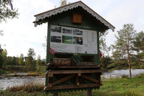 DENNE TAVLA: Det er denne tavla ved Flisa-elva på Velta striden nå gjelder.