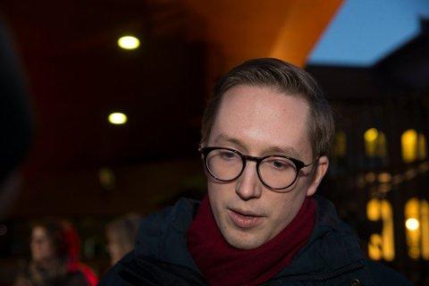 – Det er åpenbart at han er i en veldig tøff og krevende situasjon, sier Høyres generalsekretær John-Ragnar Aarset om Kristian Tonning Riise.