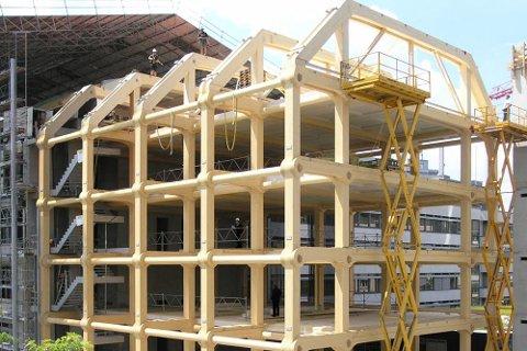 BÆRENDE: Massivtre/limtre kan brukes som bærende konstruksjoner i store bygg.