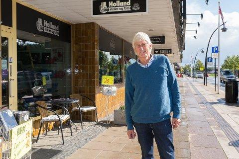 I STRANDGATA: Per Holland flyttet til Strandgata i 2014. Det har han ikke angret på. Foto: Jo E. Brenden