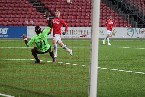 ØYEBLIKK: Her setter KIL 2-spiller Sander Røed inn sitt første av tre mål i kampen.