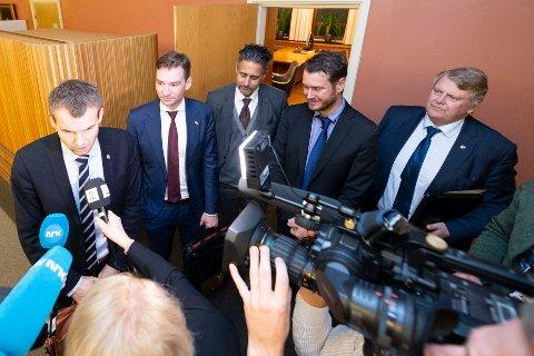 FORHANDLER: Budsjettforhandlingene mellom KrF og regjeringspartiene har startet i Stortinget. Kjell Ingolf Ropstad (KrF), Henrik Asheim (H), Abid Raja (V), Helge Andre Njåstad, (FrP) og parlamentarisk nestleder i KrF, Hans Fredrik Grøvan snakker med pressen etter første del av forhandlingene.