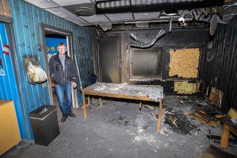 BLÅ AVDELING: Assisterende driftssjef Geir Olav Johnsen ved arnestedet i oppholdsrommet på blå avdeling.