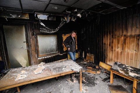 STORE SKADER: Geir Olav Johnsen i oppholdsrommet på blå avdeling etter brannen. Her er alt nå revet.