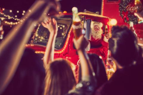 TIL ELVERUM: – Det er ingen tvil om at traileren får fram julestemningen hos mange nordmenn, sier Karen Huffman, Country Manager for Coca-Cola Norge. (Foto: Coca-Cola)