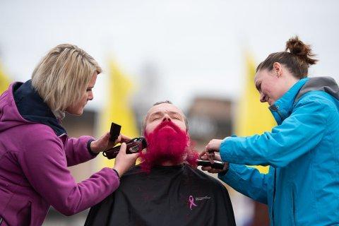 SOLGTE SKJEGGET: Roger Haugen solgte skjegget til inntekt for Rosa sløyfe-aksjonen. Foto: Lars Bryhn Nyland