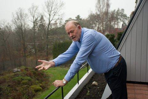 RASER: Jan Kolbjørn Akerholt sier han har forsøkt å snakke fornuft med både naboer og styre i borettslaget uten at problemet har tatt slutt. Nå har han fått nok. Foto: Ivar Benjamin Østebø