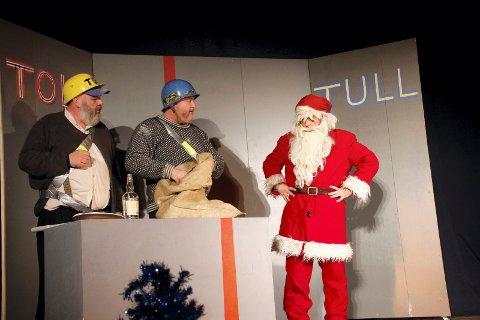 AKTUELT: Et aktuelt tema er også i dag alkoholhandel i Sverige. Fra venstre Rune Grenberg, Pål Helge Eriksmoen og Roger Myhre i  dramatikk på grensa i Posaasen.
