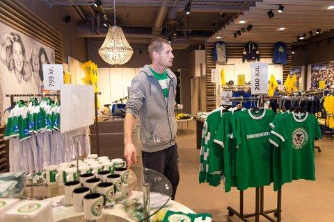 I BUTIKKEN: Aleksander har i ukene fram mot jul også fått jobbe som butikkmedarbeider på HamKams popup-butikk på CC Hamar. Foto: Jo E. Brenden