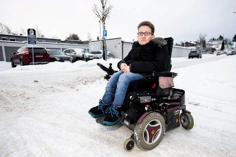 DESPERAT SITUASJON: Ingen taxiselskaper hadde biler i drift som kunne få med Sissil Haugen og hennes rullestol fra Lillestrøm stasjon.