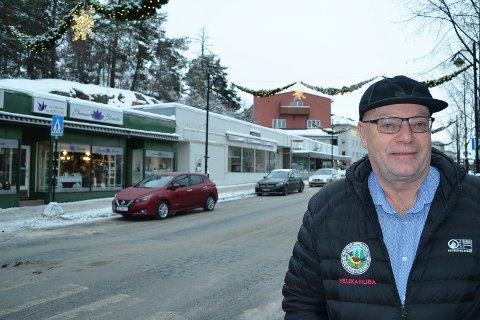 SVÆRT KRITISK: Gårdeier Per Olai Stømner er svært kritisk til Hedmark fylkeskommunes ønske om å bevare den gamle enetasjes bygningsrekka i Storgata i Elverum. (Foto: Bjørn-Frode Løvlund)