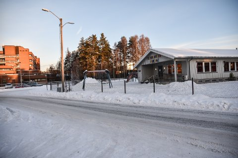 PARKERINGSPLASS: Den nye parkeringsplassen blir liggende på tomta etter Fjeldmora barneage.