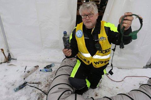 BLE SVIDD: Strømledningen gikk het og tok fyr. Hamburgerbrød og Farris-flasker  ble svidd. – Men dette kunne gått adskillig verre, sier Asbjørn Venberget i Hof Finnskog vel.