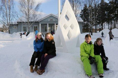 SOLID SNØLYKT: Fra venstre Sigrid Svenkerud,  Maren Aaseth, Lars Alexander Husebæk og Theodor Nylund har laget denne spesielle og flotte snølykten.