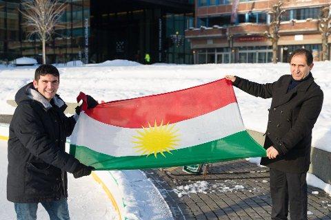 KURDER: Hussein Mahmoud er kurder. Her er han sammen med Osman Kawkabishad, som er leder for Kurdisk kulturforening i Hedmark. Foto: Jo E. Brenden