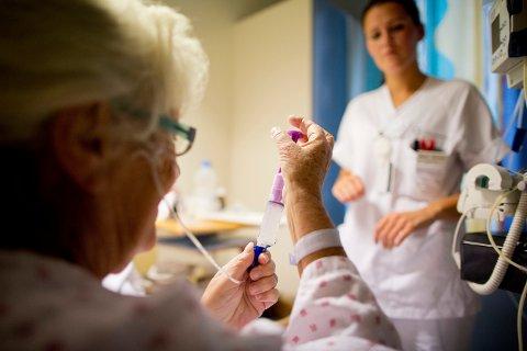 Mange sykepleiere mener det brukes for mye angst- og sovemedisiner, viser en ny undersøkelse.