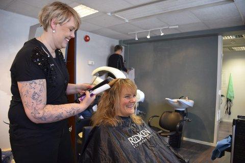 ÅPNER MANDAG: Mens gode hjelpere får veggene til å skifte farge, fikser Line Pettersen håret til Synnøve Nystuen, som egentlig bare skulle innom for å ønske lykke til. Mandag skal alt være på plass og i orden, slik at Line kan åpne dørene til nye Lokket frisør i Elverum. – Jeg gleder meg til å drive for meg sjøl, sier hun. Foto: Brynhild Marit Møllersen